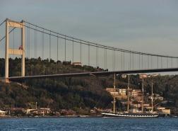بالصور.. ثاني أكبر سفينة شراعية في العالم تمر عبر مضيق البسفور