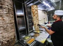 الأردن : إصابة 500 شخص بتسمم غذائي بسبب الشاورما