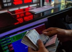 الدولار في أعلى مستوى أمام الليرة مع توقعات بانتعاش العملة التركية بنهاية العام
