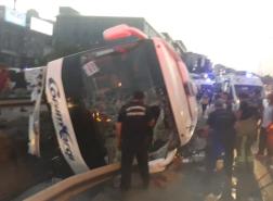 بالصور.. إصابات بحادث انقلاب حافلة في إسطنبول