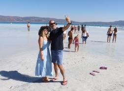 بالصور.. الجزر البيضاء في بحيرة سالدا التركية تستقبل آخر الزوار