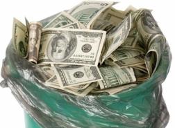 مقيم مصري في الكويت يرمي آلاف الدولارات!