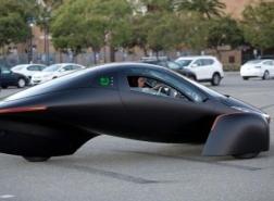 سيارة كهربائية تعمل بالطاقة الشمسية