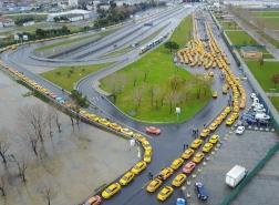 سيارات التاكسي تتجمع وسط اسطنبول ..بدء تطبيق التعرفة الجديدة