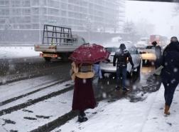 صور.. اسطنبول تكتسي حلة بيضاء وشوارعها تشهد ازدحاماً كثيفاً