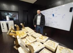 صور وفيديو.. رجل أعمال أردني يوزع الذهب على موظفيه تكريما لهم