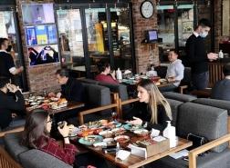 أصحاب المطاعم بتركيا يطلبون ساعات عمل أطول لتجنب الازدحام بالزبائن