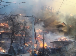 صور مخيفة.. حريق يدمر عشرات المنازل في قرية بشمال شرق تركيا