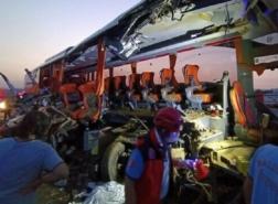 صور.. مصرع 9 وإصابة 30 باصطدام شاحنة وحافلة غربي تركيا