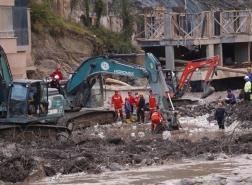 عائلات تركية تتمسك بالأمل مع ارتفاع عدد ضحايا الفيضانات