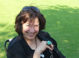 كاتبة أردنية تطالب برفع أذان العشاء بصوت أم كلثوم!