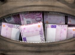 فرنسيّة تتخلى عن حقيبة بداخلها 40 ألف يورو في حافلة