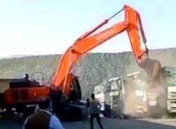 فيديو.. عامل تركي غاضب يحطم نوافذ 5 شاحنات لعدم تسلم أجرته