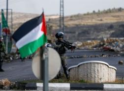 فيديو.. فلسطيني يؤدي الصلاة رغم اقتحام جنود الاحتلال محلّه التجاري