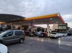 بعد رفع الأسعار.. طوابير من السيارات على محطات الوقود باسطنبول (صور)