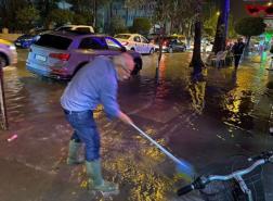 أمطار غزيرة تحوّل الطرق إلى بحيرات في فتحية التركية (صور)