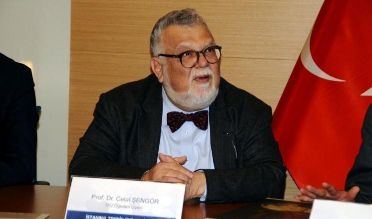 أكاديمي تركي يتعرض لانتقادات حادة: رفع تنورة طالبة وصفع مؤخرتها!