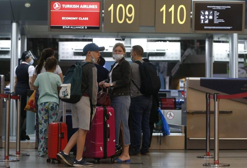 سائحون روس قادمين على متن الطائرة الأولى