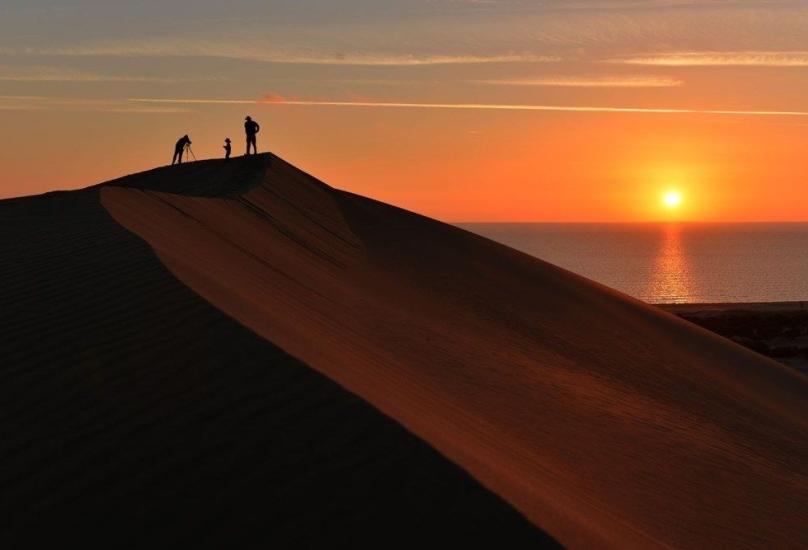 الكثبان الرملية على ساحل باتارا تجذب اهتمام الساحئين بشكل كبير