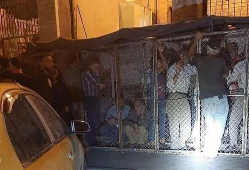 مواطنن سوريون داخل أقفاص يترقبون فرصة للحصول على الخبز