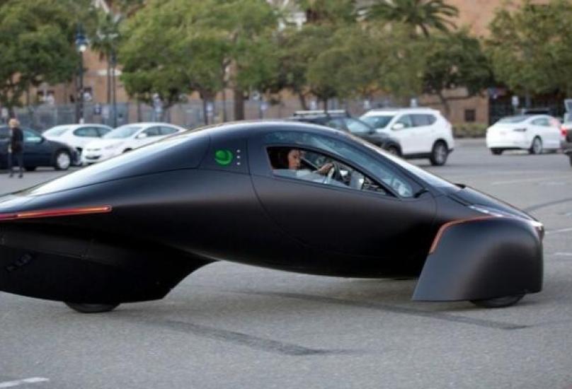 سيارة تعمل بالطاقة الشمسية
