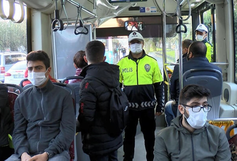 عناصر من الشرطة التركية خلال حملة تفتيش في المواصلات العامة