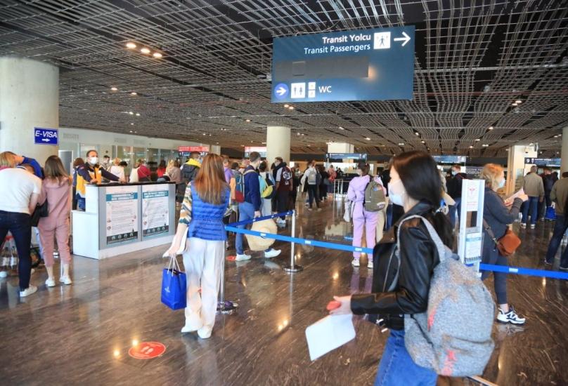 سياح روس يصلون إلى مطار ميلاس بودروم في جنوب غرب تركيا