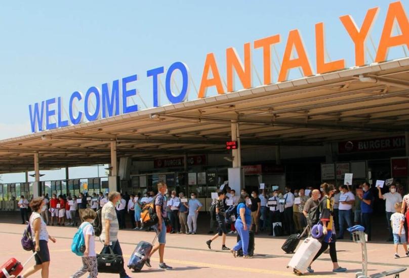 سياح أجانب في أنطاليا التركية-صورة أرشيفية