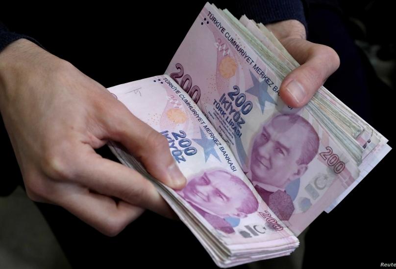 تراجعت الليرة 0.7٪ بعد أن أبقى البنك المركزي أسعار الفائدة ثابتة عند 19٪،