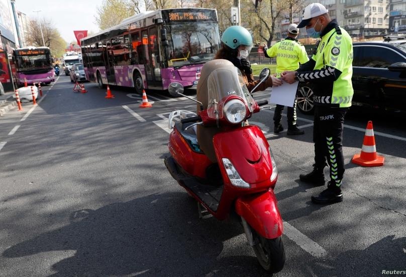 شرطي تركي يتابع تنفيذ الاغلاق الشامل الذي يستمر في تركيا حتى 17 مايو