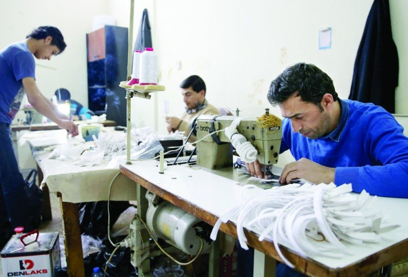 عمال سوريون في أحد مصانع الخياطة في تركيا