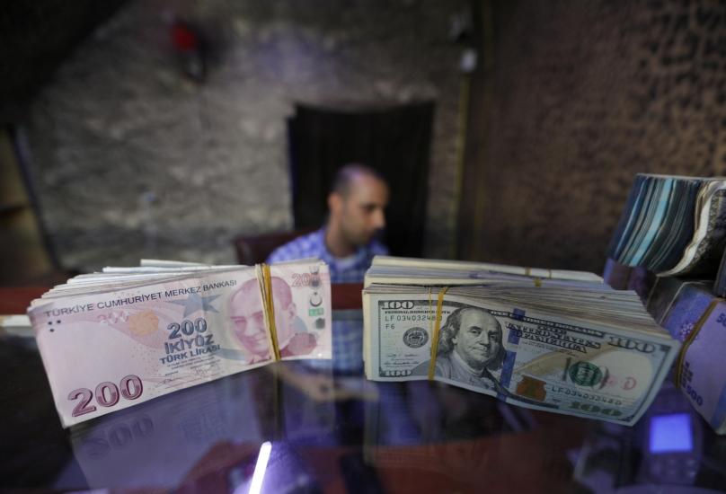 الليرة التركية تشهد انخفاضاً كبيراً أمام الدولار