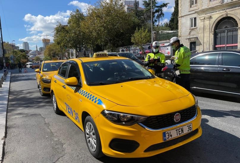 القبض على أربعة سائقي سيارات أجرة يوم الاثنين وهم يفاضلون بين الركاب