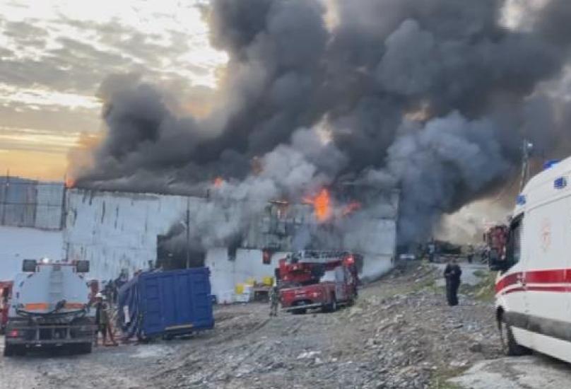 رجال الإطفاء يحاولون السيطرة على الحريق